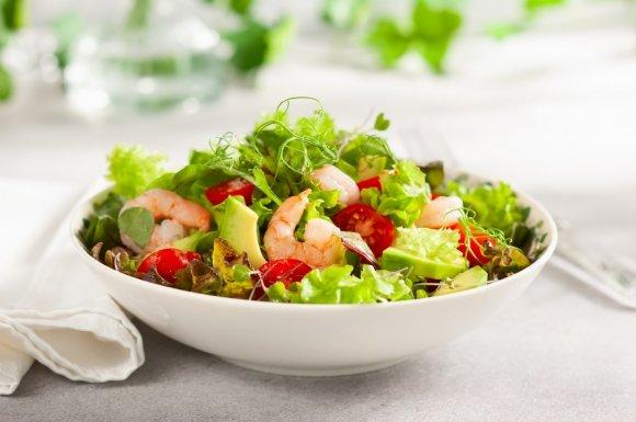 Préparation de salade faite maison en saison estivale